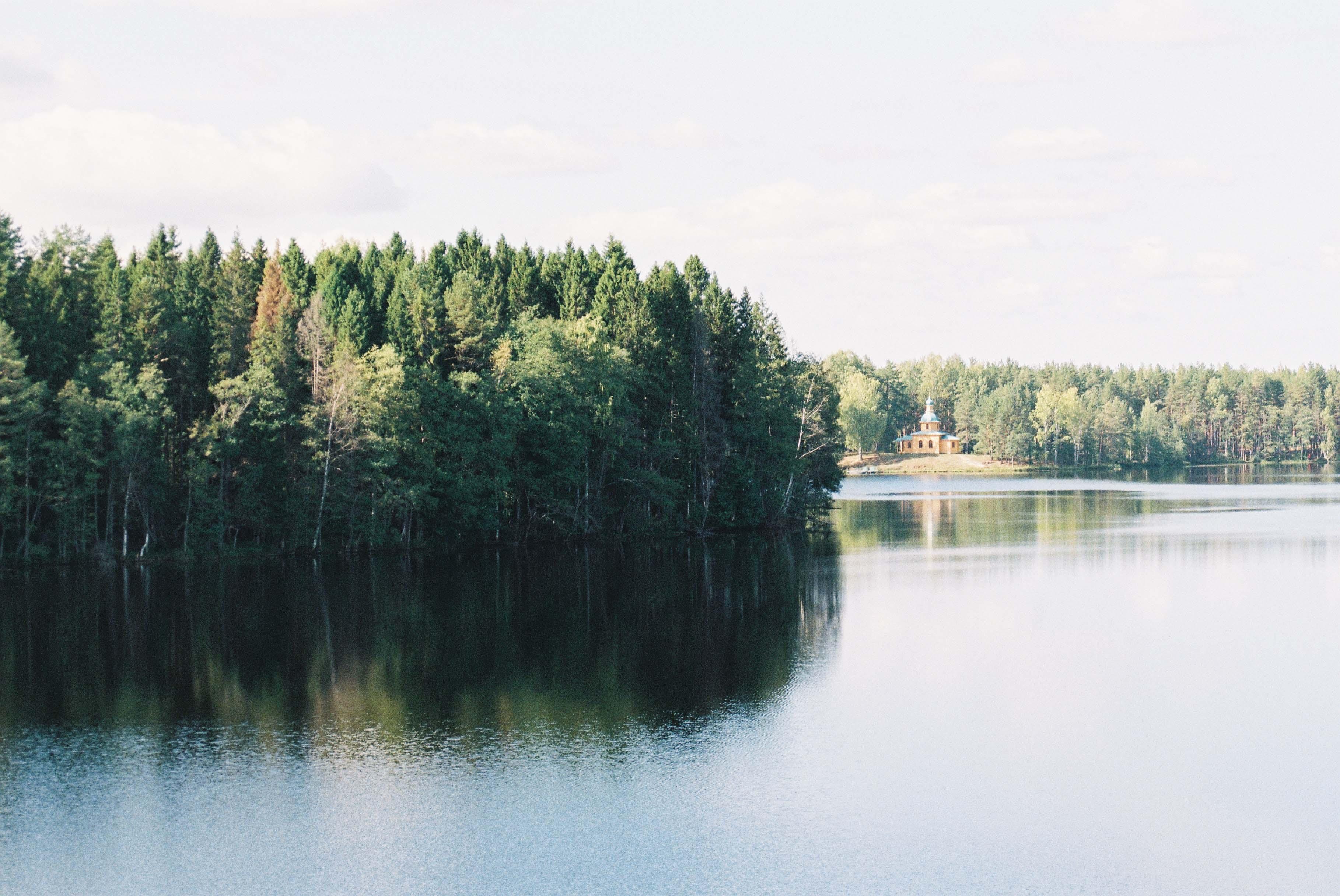 Пантелеимоновский скит на противоположном берегу озера. До него легко дойти по лесной дороге справа от обители